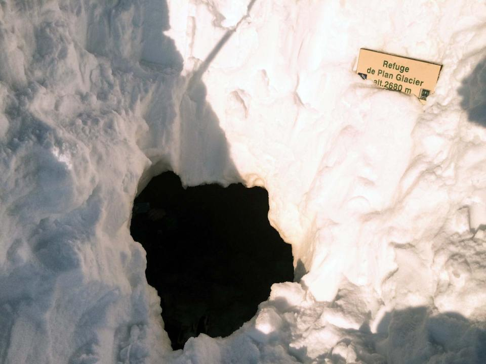 Welcome to the Plan Glacier Hut! Deeply hidden under snow we dug a hole into its covered terrasse.