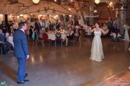 Der Hochzeitsfotograf fotografiert das Brautpaar beim Hochzeitstan.