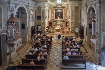 Der Hochzeitsfotograf in der Chiesa San Vincenzi in Italien.