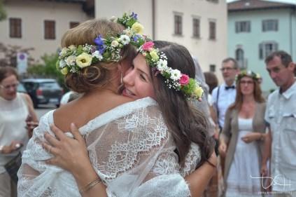 Liebevolle Glueckwuensche fuer das Brautpaar vor der Chiesa San Vincenzo. Der Hochzeitsfotograf aus Nuernberg faengt die Momente mit der Kamera ein.
