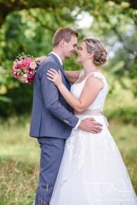 Der Hochzeitsfotograf faengt verliebte Blicke ein.