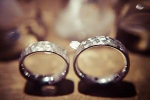 Die Trauringe sind das ewige Band der Liebe. Fotografiert von dem Hochzeitsfotografen.