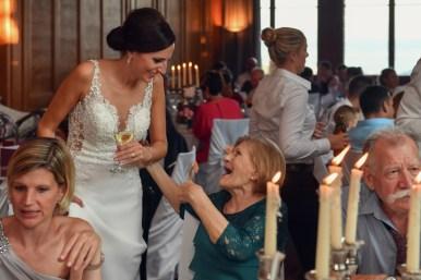 Hochzeitsfotograf faengt das Strahlen der Braut ein. Sorell Hotel Zuerichberg.