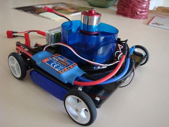 Un robot con ruedas que sube por las paredes