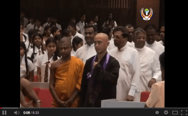 Screenshot eines aus Sri Lanka hochgeladenen YouTube Videos. Mai Hue Giang Tran (aka Thien Son) in dunkler Robe der vietnamesischen Vinaya Tradition neben Bhante Punnaratana.