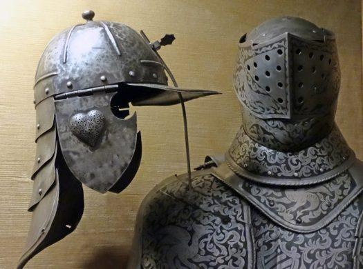 Helme und Rüstung in der Burg Posterstein.