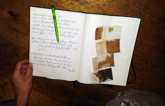Ganz detailliert hält Wolfgang Stöcker fest, wo er welche Staubprobe unter welchen Umständen entnommen hat. Damit thematisiert er nicht zuletzt die museale Arbeit an sich - Sammeln, Bewahren, Erforschen, Ausstellen gehören zu den Grundaufgaben eines Museums.