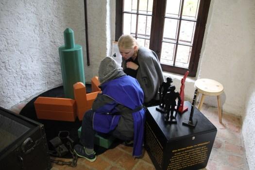 """Die Ausstellung """"Die Kinderburg"""" auf Burg Posterstein zeigt Geschichte zum Sehen, Hören und Anfassen."""