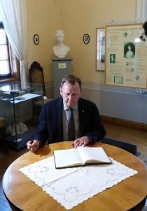 In der Ausstellung zur Salongeschichte trug sich Bodo Ramelow ins Gästebuch der Burg ein.