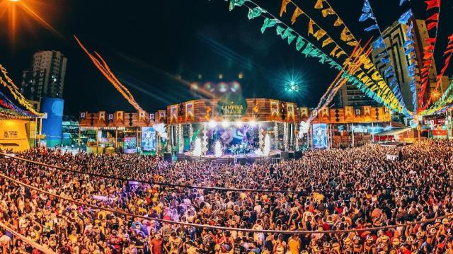 Festa Junina de São João na região nordeste do Brasil. Milhares de pessoas aparecem na imagem.