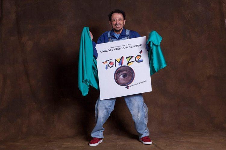 Tom Zé divulgando um de seus trabalhos