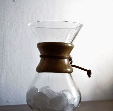 Do Chemexa wsypujemy kostki lodu tak, by wypełniły połowę naczynia.