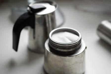 Filtr od aeropressu kładziemy na sitku wypełnionym zmieloną kawą.