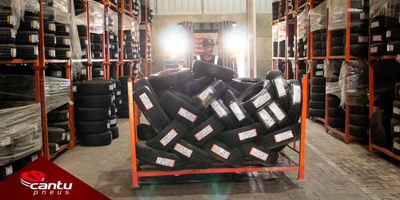 Empilhadeira carregando pneus