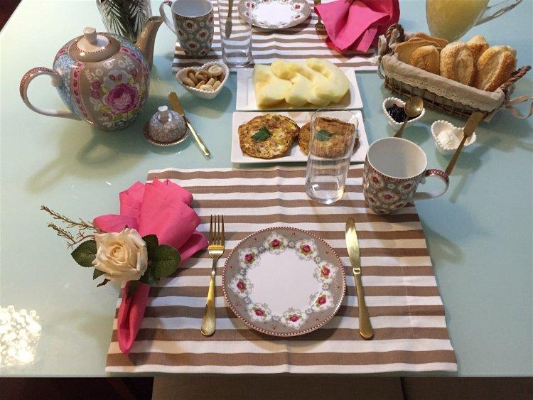 mesa montada para cafe da manha