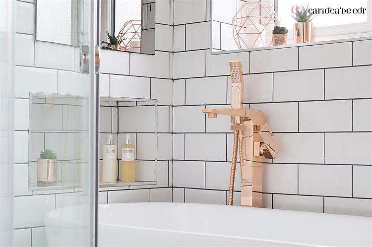 banheiro com detalhes rose