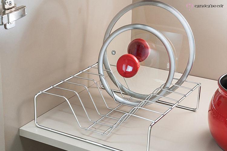 tampa da panela no escorredor de louça