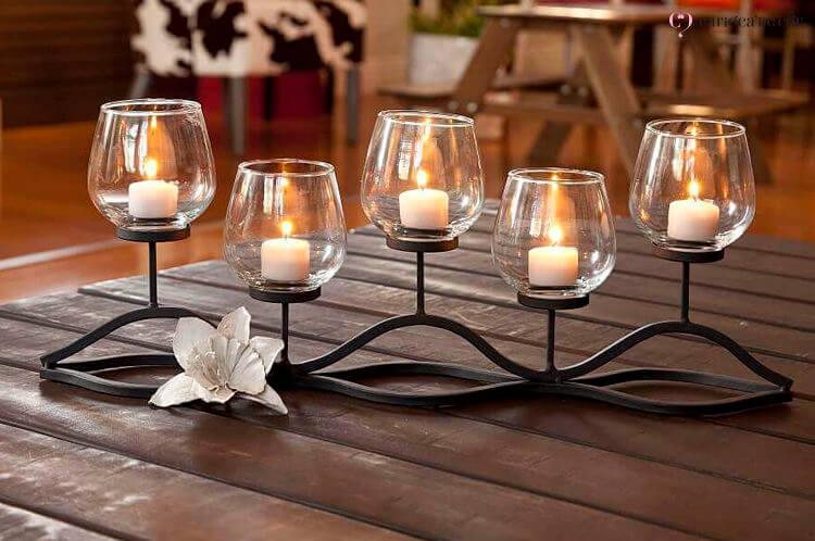 Castiçais de vidro com velas