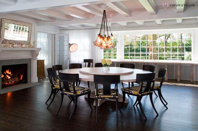 Sala de jantar com mesa redonda ao centro
