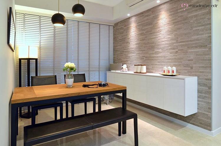 Sala de jantar com mesa retangular e aparador
