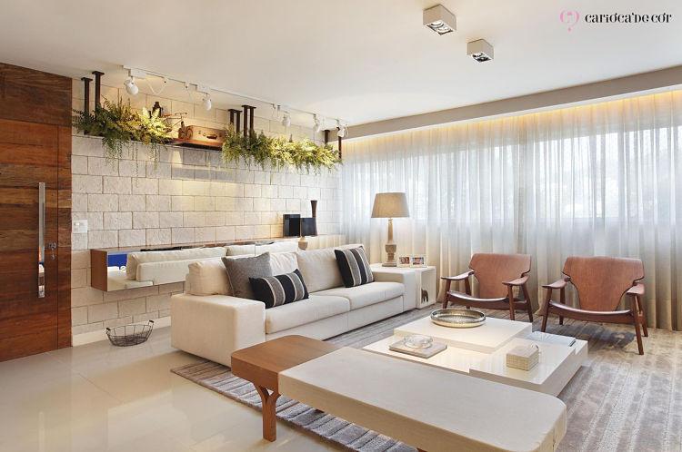 Sala de estar com móveis claros