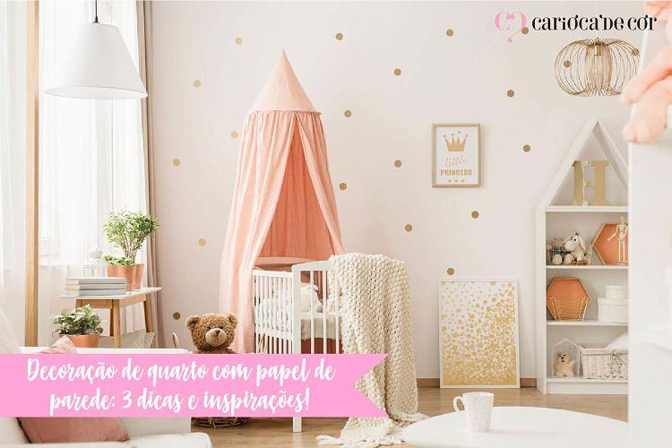 Quarto de bebê menina decorado com papel de parede