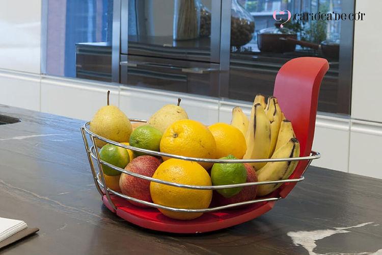 Fruteira com banana, maçã, laranja, limão e pera