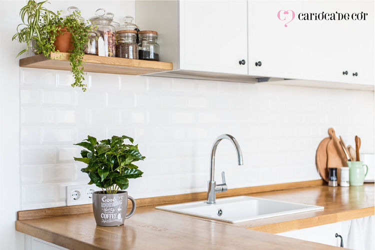Vasos de flores na bancada da cozinha