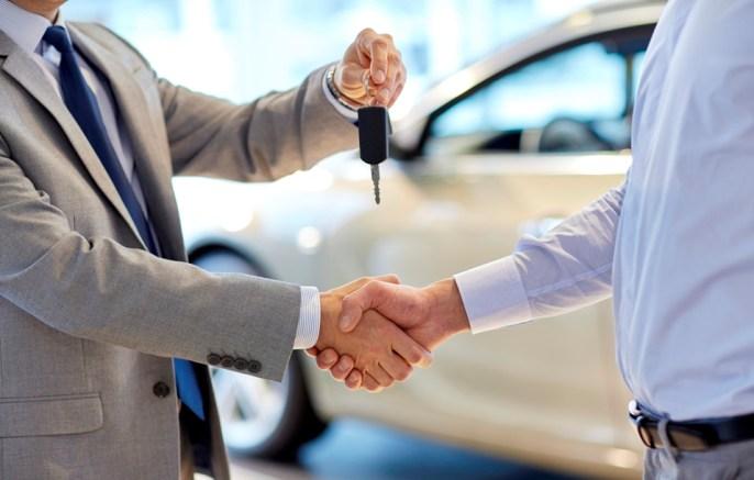 foco no vendedor e comprador final da negociação do carro última etapa na hora de pesquisar seu carro