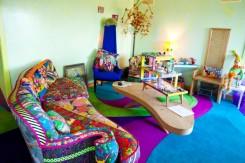 il soggiorno della casa di Apryl Miller con il divano dai colori accesissimi a fantasia patchwork
