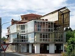 Un edificio completamente coperto di verande
