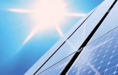 Il sole batte su pannelli solari inlinati