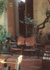 La panchina Battló nell'abitazione dell'architetto e urbanista spagnolo Ricardo Bofill. la panchina Battlò tra le piante del giardino di R. Bofill.