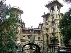 Roma, quartiere Coppedè , facciata del palazzo d'entrata (progetto del 1922)