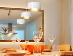 3 luci sospese direttamente sul tavolo da pranzo: sono le Cantara Glas dell'azienda tedesca Bruck