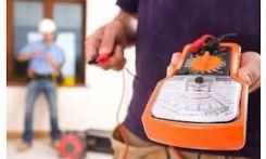 elettricisti al lavoro per attestare Dichiarazione di Conformità Impianti Tecnologici