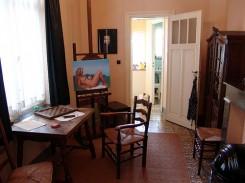 Lo studio di Magritte: il suo tavolo da lavoro, il cavalletto con uno dei suoi dipinti