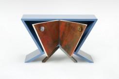 La Quercia 21: armadietto comodino Pupazzo 23, con piano color glicine e le ante che si aprono ad ali di farfatta - della serie I Pupazzi