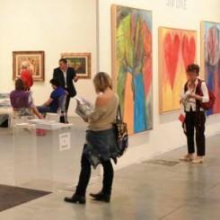 l'interno di uno spazio espositivo con una mostra di quadri