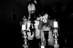 Federica Valabrega, Untitled, fotografia stampata su carta cotone, 30x45 cm, Brooklyn, NY, 2010 – alt: una donna con la sua bambina pregano con la mano sul volto davanti a due candele (dello Shabbat)