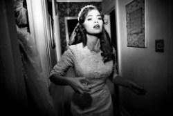 """Federica Valabrega, """"Untitled"""", fotografia stampata su carta cotone, 70x100, Brooklyn NY, 2010 –  Una ragazza vestita da sposa percorre il corridoio frettolosamente con la boccetta del profumo in mano"""