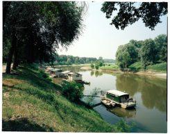 Case in legno galleggiano sul fiume Po