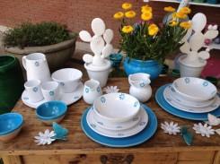 vasellame in terracotta colorata appoggiata su un tavolo