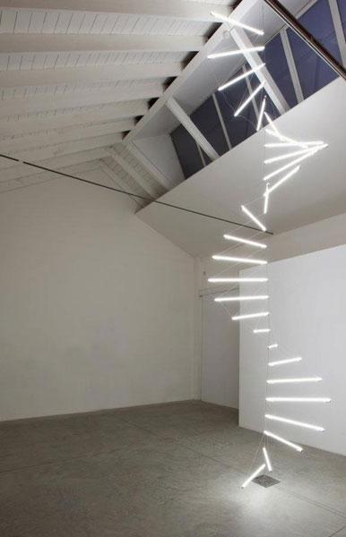 scala composta da tubi al neo di luce bianca sospesi nello spazio