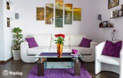 un salotto bianco, cuscini e tappeto viola