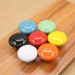 pomelli per mobili di colore nero, celeste, verde, giallo, arancio, bianco, rosso