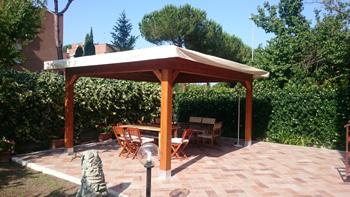 permessi per realizzare tettoie esempio di tettoia in legno con tavolo e sedie per giardino