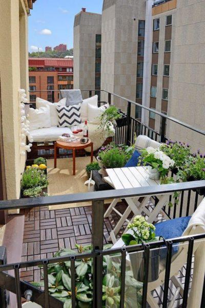 arredare un piccolo balcone: sedie, tavolini, piante
