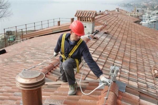 linee vita per ancoraggio di operai sul tetto con imbragatura