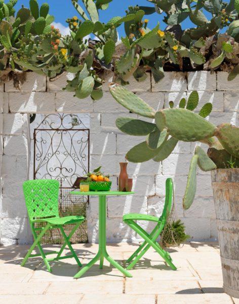 arredare un piccolo balcone con tavolo Spring e sedie pieghevoli Zac